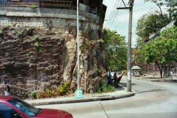 Failing slope in Manila (2) • tuff layers with near horizontal weathering horizons (about every 2-3