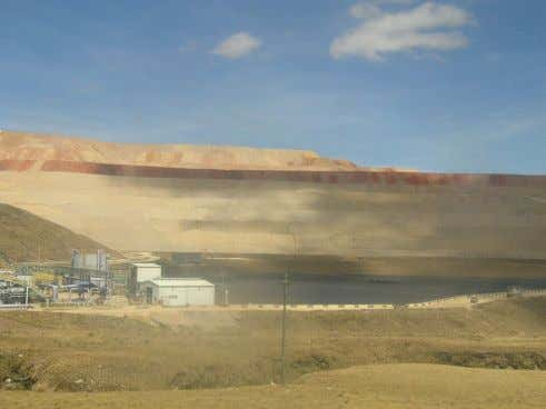 2006). MYSA has the largest pad of the world (Stratus 2004). 5.4 Mining facilities: pit (below),