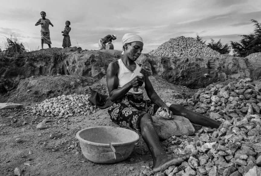 Family working in a quarry - Near Kuito, Angola. DEVELOPING A DOCUMENTARY PHOTOGRAPHY PROJECT 6 7
