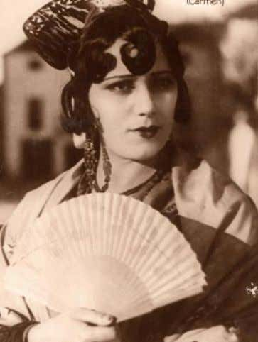 first singers was Raquel Meller. She was a cuplé singer at the beginning, but later she