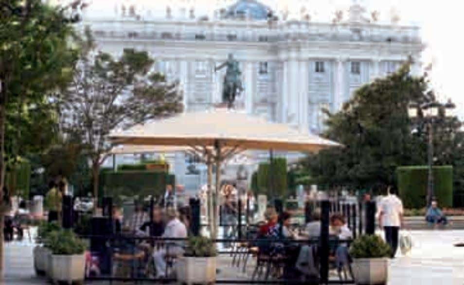 restaurants and try a typical madrileño dish in style. Típica terraza madrileña en la Plaza de