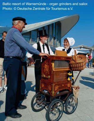 Baltic resort of Warnemünde - organ grinders and sailor. Photo: © Deutsche Zentrale für Tourismus