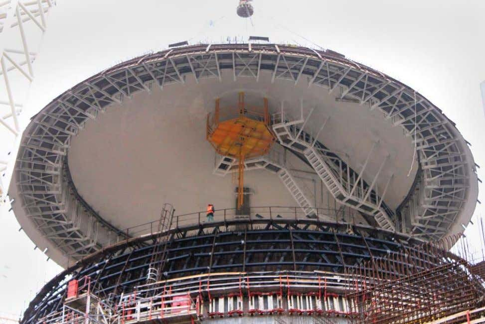 Installation of the reactor building dome at the No 2 reactor of the Novovoronezh NPP-2,