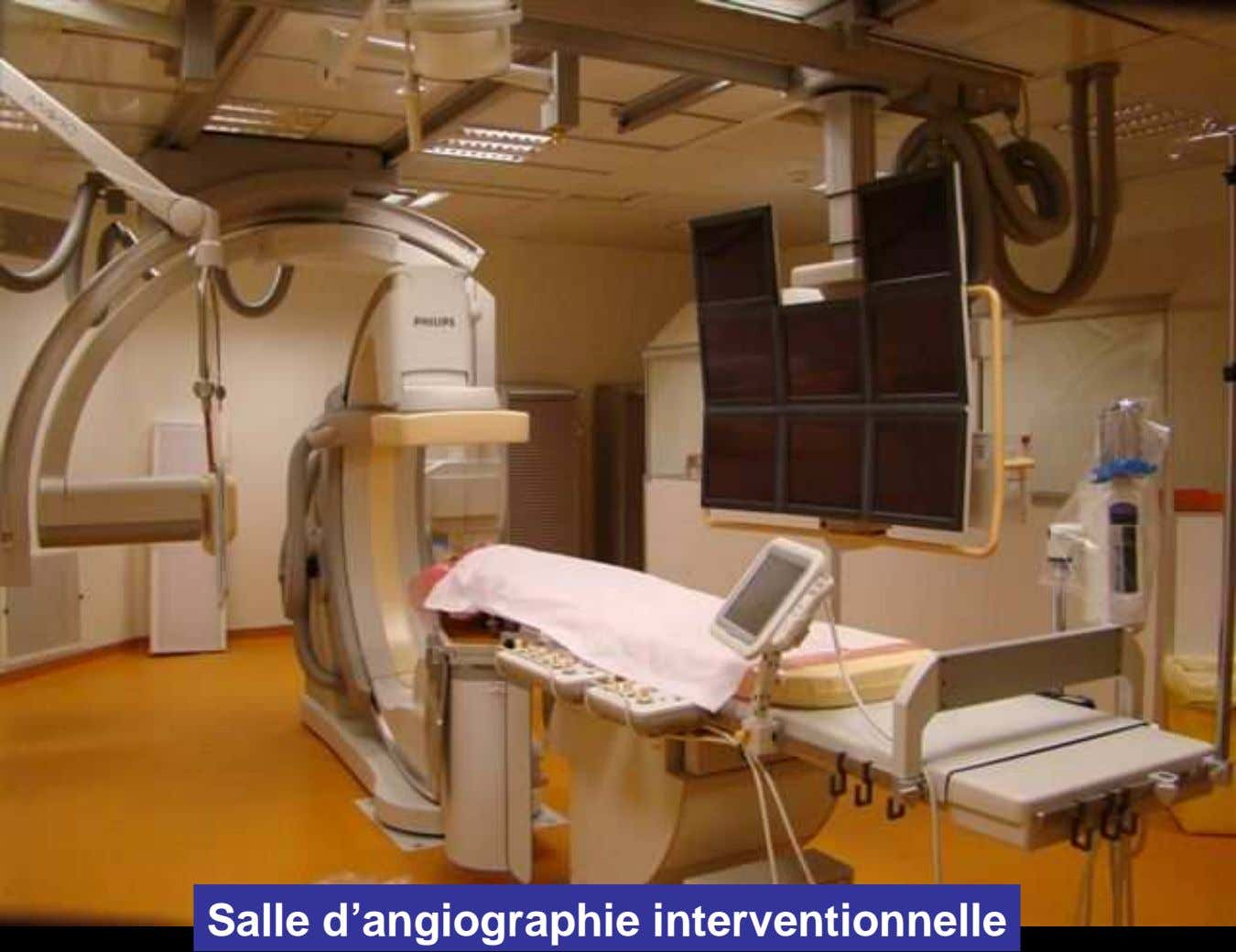 Salle d'angiographie interventionnelle