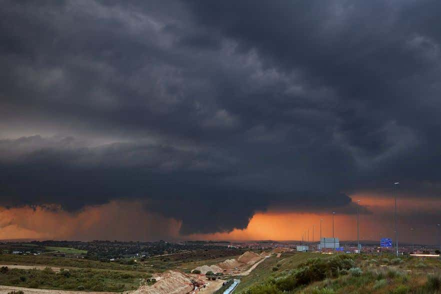en primer termino y wall cloud. Foto © Mike Hollingshead. Figura 3.13. Wall cloud en la