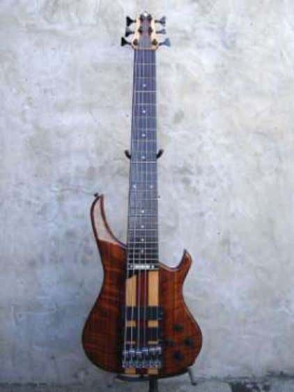 Basses range from J-style to modern neckthrough models. http://www.mirandaluthiers.com.ar/ MM BASSES Colombia,