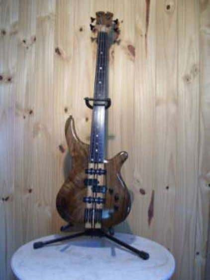 Argentina, custom guitars and basses made by Leandro Pereyra in Buenos Aires. http://pereyraluthier.blogspot.com/ 18