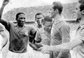 captain, Liedholm, shaking hands before the final. 86 Un joven Pelé llora al ser campeón del
