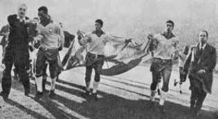 during the match against Czechoslovakia, in Viña del Mar. Jugadores brasileños llevan la bandera chilena. /