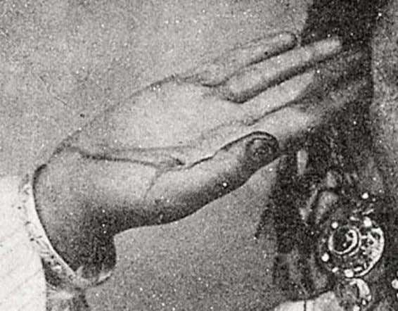 henna, rece ntly applied, is clear, as seen in Figure 22. Figure 22: Detail of Figure