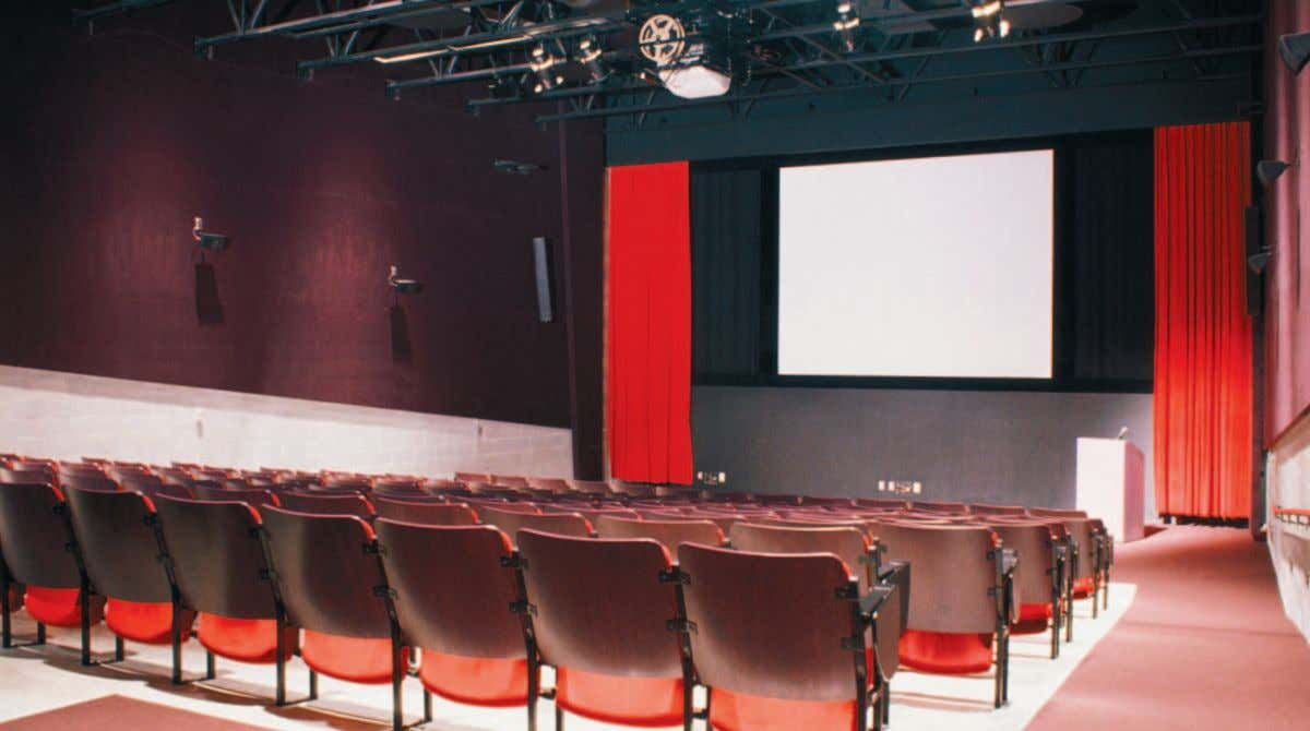 Large venue installation Present the biggest, brightest performance to high-capacity audiences. These versatile projectors