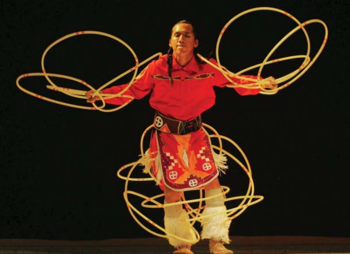 LA PRENSA GRÁFICA ; (OPPOSITE PAGE): DOUGLAS TOBAR Cultural Connections NATIVE AMERICAN DANCERS TOUR CENTRAL