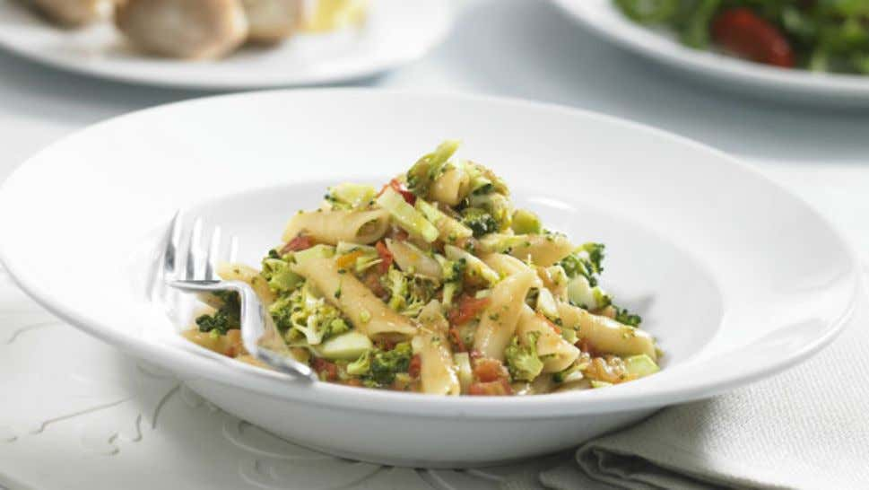 Zesty Broccoli and Tomato Pasta Ingredients 1 tbsp oil 2 cloves garlic, crushed 4 tomatoes, diced
