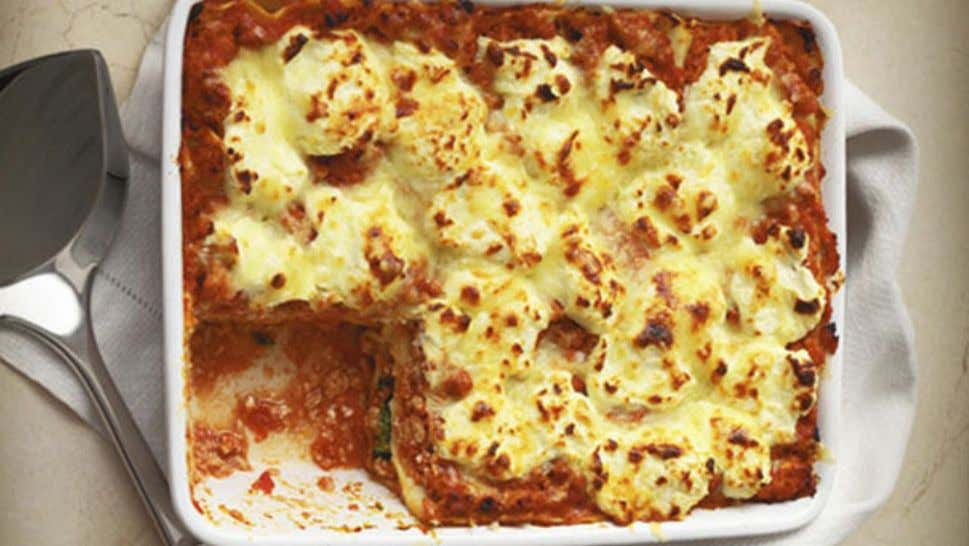 Cheesy Chicken and Spinach Lasagne Ingredients 1 tbsp oil 1 onion, finely chopped 2 cloves garlic,