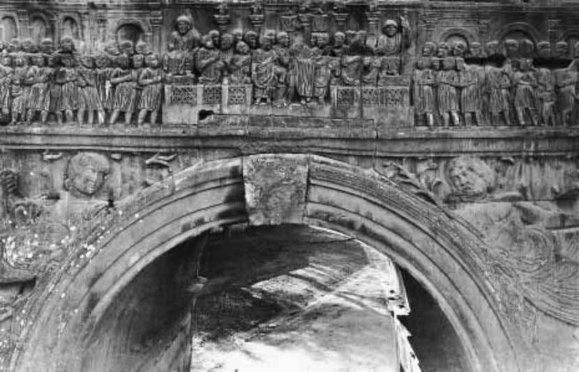 FIGURE 29 Rome, Arch of Constantine. Oratio. rostra rose a recent monument celebrating the Tetrarchy: