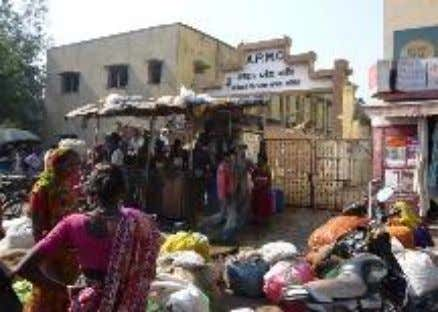 Figure 2.6: Kankaria Lake development and vendors Jamalpur Market is a vegetable market accommodating about 675