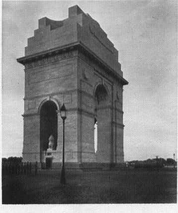 Edwin Lutyens 1869 - 1944 All India Memorial Arch - Delhi • Stands at the end