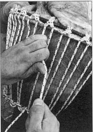flaw on the edge.Otherwise,you will need to useanotherskin. IV. TENSION 12/ Removethe threemetersof string usedto hold