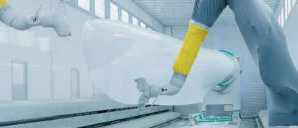 A paint robot paints components of up to 35 m in length with a coating