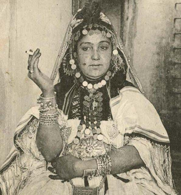 16 Figure 2: Ouled Nail, 1910, author's collection This woman has faint patterns on her hands