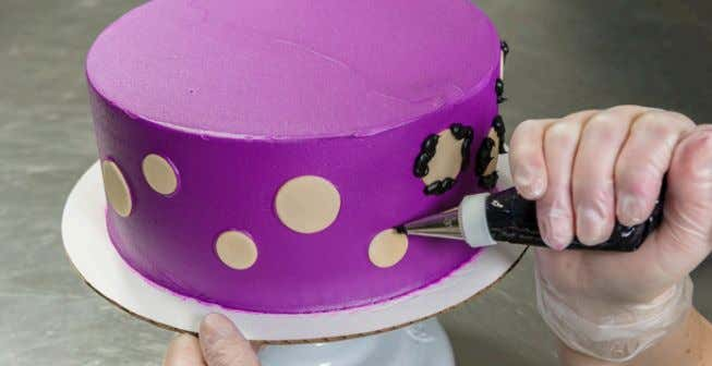 apply the fondant DecoShape ® to the icing. 3. Decorate Pipe additional details on the cake
