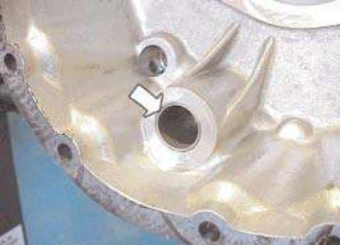 33. Remove and replace the selector shaft bush if necessary. 34. Replace the range change shaft