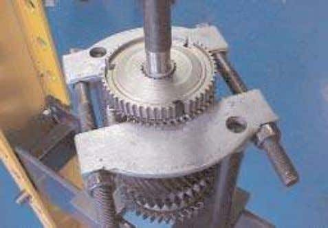 Remove the 3rd/4th gear synchroniser hub retaining circlip. 3. Assemble the puller plates under (3rd/4th gear
