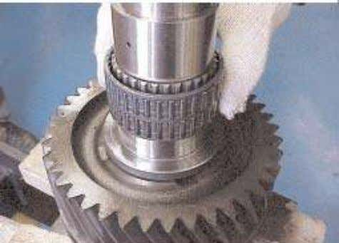 11. Remove the low gear needle roller bearing. Separate the low gear synchroniser hub, flange,