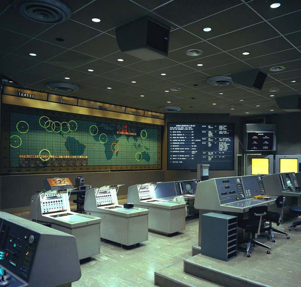 "18. COMMS: MISSION CONTROL EVOLUTION AND OPERATIONS ""Every astronaut should work in Mission Control as"