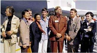 Gene Roddenberry (third from the right) in 1976 with most of the cast of Star