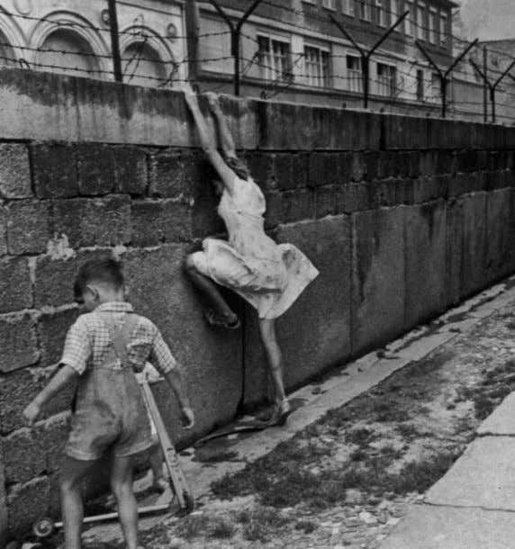 Memory and Collective Memory Project Mediolanum Top Left. Henri Cartier Bresson, The Berlin Wall, 1962. ©